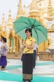 Rangún, Myanmar - 22 de junio de 2015: Un sta no identificado de la mujer joven Imagenes de archivo