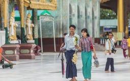 Rangún, Myanmar - 22 de junio de 2015: Un sta no identificado de la mujer joven Fotografía de archivo libre de regalías