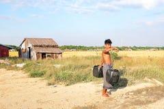 RANGÚN, MYANMAR - 25 de noviembre de 2015: Portador de agua con dos cubos Imágenes de archivo libres de regalías
