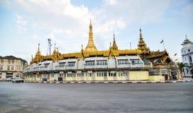 RANGÚN, MYANMAR - 12 de octubre de 2013: Tráfico adentro en el centro de la ciudad alrededor de S Imágenes de archivo libres de regalías
