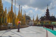 Rangún, Myanmar, el 10 de noviembre de 2014 - dentro del Shwedagon Imagen de archivo libre de regalías