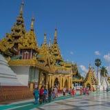 Rangún, Myanmar, el 10 de noviembre de 2014 - interior Shwedagon Fotografía de archivo libre de regalías