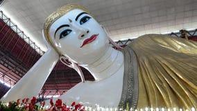 Rangún, Myanmar - November15, 2015: El templo de Chaukhtatgyi con las fieles en el Buda de descanso gigante, el que está de la a  almacen de metraje de vídeo