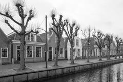 Rang?e avec des maisons dans une photo noire et blanche dans l'obstacle en Frise, Pays-Bas photographie stock libre de droits