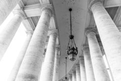 Rang?e des colonnes blanches de travertin Colonnade dorique monumentale de St Peters Square ? Ville du Vatican photographie stock