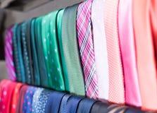 Rang?e des cravates sur des cintres dans le magasin d'habillement des hommes photos stock