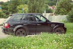 Range Rover ha parcheggiato sul parcheggio della montagna in Altai Immagine Stock