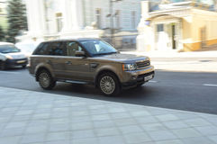 Range Rover-Reiter auf den Straßen von Moskau Lizenzfreie Stockbilder