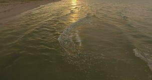 Rangeant les vagues rencontrent Sandy Shore de la côte de la Mer Noire d'une manière de détente banque de vidéos