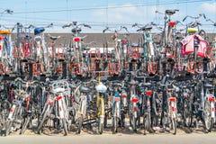 Rangées des bicyclettes garées, Pays-Bas Images stock