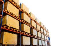 Rangées des étagères avec des boîtes dans l'entrepôt d'usine Images libres de droits