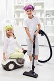 Rangez le jour - enfants nettoyant leur pièce Photo stock