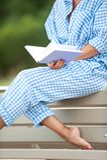 Rangez les jambes et les pieds mous bronzés de parties du corps du ` s de femme Images libres de droits
