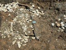 Rangieren Sie Zement und feuchten Boden im Baubereich aus Lizenzfreie Stockfotos