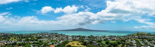 Rangitoto öpanoramautsikt från monteringen Victoria, Auckland, Nya Zeeland arkivfoton