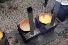 RANGO,意大利- 2017年12月8日-烹调麦片粥传统玉米麦子膳食的人们 免版税库存图片