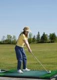 Rango de conducción de señora At Golf Foto de archivo