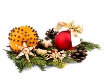 Rango de la Navidad, bola de cristal y figuras de madera rojas Foto de archivo