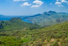 Rango de montaña de Karadag en la estación de resorte Fotografía de archivo libre de regalías