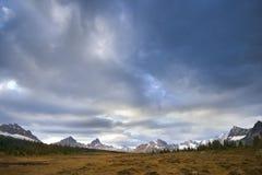Rango de montaña en el amanecer Fotos de archivo