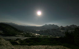 Rango de montaña en la noche imagenes de archivo