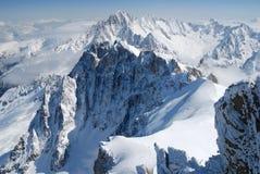 Rango de montaña entre la nieve y las nubes, las montan@as Foto de archivo libre de regalías