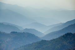 Rango de montañas en niebla Fotografía de archivo