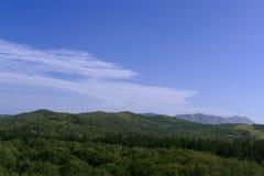 Rango del punto bajo cubierto por las montañas de Sajalín del bosque imagen de archivo