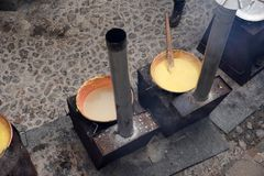 RANGO, ITALIA - 8 de diciembre de 2017 - gente que cocina la comida tradicional del trigo del maíz del polenta Imágenes de archivo libres de regalías