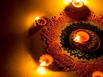 Rangoli colorido com Diya, no festival de Diwali imagens de stock