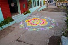 Rangoli colorido tradicional diseña dar la bienvenida a umbrales indios del sur del nuevo-año Foto de archivo