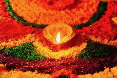 Rangoli com diya de incandescência Imagens de Stock Royalty Free