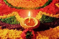 Rangoli con la lampada a olio d'ardore Immagine Stock