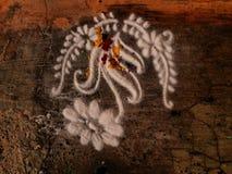 Rangoli da flor e da planta em india, teste padrão pela areia decorativa Fotografia de Stock