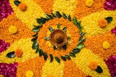 Rangoli o decoración hermoso de la flor con la lámpara de la arcilla para el diwali o cualquier festival indio Foto de archivo libre de regalías