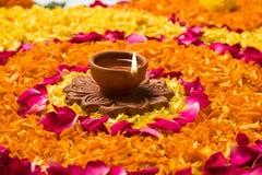 Rangoli o decoración hermoso de la flor con la lámpara de la arcilla para el diwali o cualquier festival indio Foto de archivo