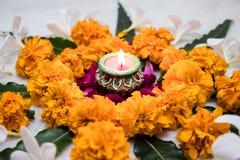 Rangoli projekt z nagietka kwiatem dla Diwali festiwalu, Indiańska festiwalu kwiatu dekoracja z tradycyjnymi światłami fotografia royalty free