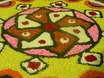 Rangoli van bloembloemblaadjes wordt gemaakt voor een festival dat stock afbeelding