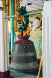 Rangoon, Myanmar - 19 febbraio 2014: Bell in tempio dorato di Buddha a Immagine Stock Libera da Diritti