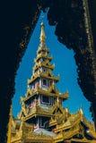 Rangoon, Myanmar - 19 febbraio 2014: Chiuda su del templ dorato di Buddha Fotografie Stock
