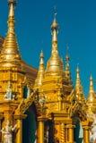Rangoon, Myanmar - 19 febbraio 2014: Chiuda su del templ dorato di Buddha Immagine Stock