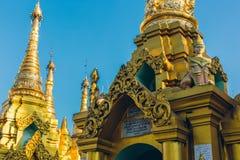 Rangoon, Myanmar - 19 febbraio 2014: Chiuda su del templ dorato di Buddha Fotografia Stock