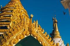 Rangoon, Myanmar - 19 febbraio 2014: Chiuda su del templ dorato di Buddha Fotografia Stock Libera da Diritti