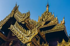 Rangoon, Myanmar - 19 febbraio 2014: Chiuda su del templ dorato di Buddha Immagini Stock Libere da Diritti