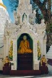 Rangoon, Myanmar - 19 febbraio 2014: Chiuda su dello statu dorato di Buddha Fotografia Stock