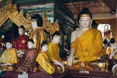 Rangoon, Myanmar - 19 febbraio 2014: Chiuda su dello statu dorato di Buddha Fotografie Stock