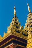 Rangoon, Myanmar - 19 febbraio 2014: Tempio dorato di Buddha a Shwedag Fotografia Stock Libera da Diritti