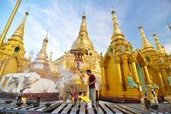 RANGOON MYANMAR - Oktober 11, 2013: Buddistisk folkbesökShwedagon pagod i Rangoon Royaltyfria Foton