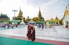 Rangoon Myanmar - Oktober 11, 2013: Oidentifierade unga munkar på den Shwedagon pagoden Arkivfoto