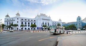 RANGOON, MYANMAR - 12 ottobre 2013: Traffico in Rangoon del centro Fotografia Stock Libera da Diritti